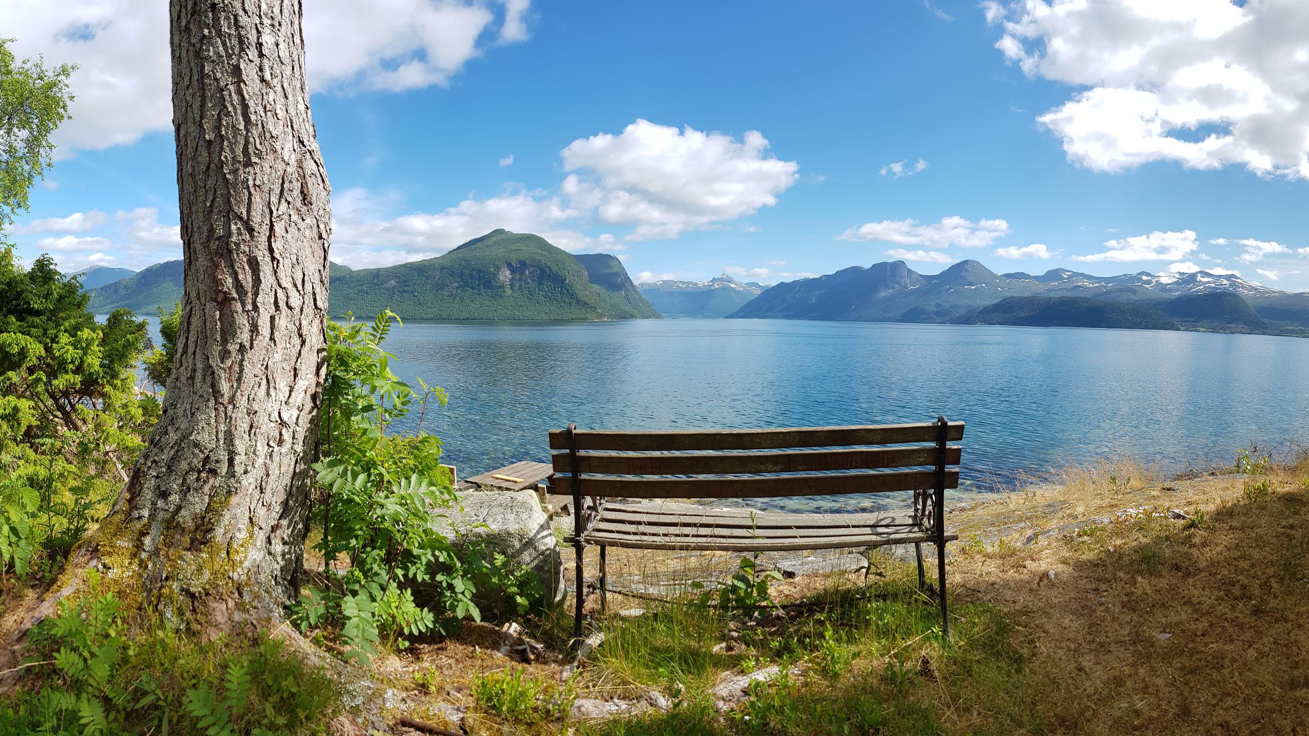 Fjordansicht mit Bank // Sekken, Norwegen